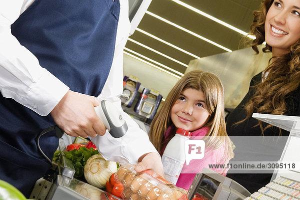 Verkaufssekretärin Verkauf an einen Kunden in einem Supermarkt