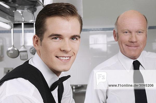Porträt von zwei Kellner lächelnd
