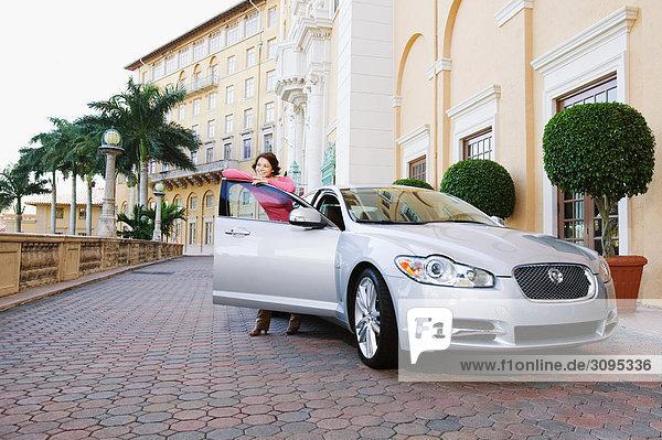 Vereinigte Staaten von Amerika USA angelehnt Frau lächeln Auto Tür Coral Gables Florida