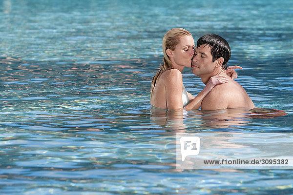 Vereinigte Staaten von Amerika USA schwimmen Romantik Coral Gables Florida Paar in Schwimmbad