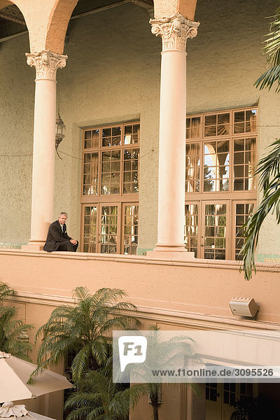 Businessman sitting in den Balkon  Biltmore Hotel  Coral Gables  Florida  USA