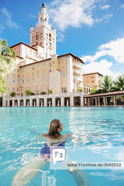 Vereinigte Staaten von Amerika USA Coral Gables Florida Frau in Schwimmbad Vereinigte Staaten von Amerika,USA,Coral Gables,Florida,Frau in Schwimmbad