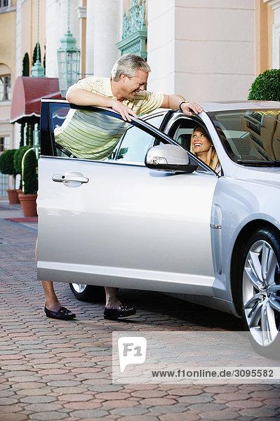 Man Blick auf seine Frau in einem Auto sitzt und Lächeln  Biltmore Hotel  Coral Gables  Florida  USA