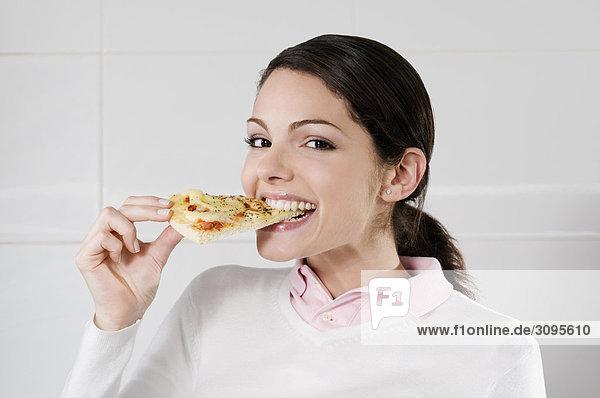 Weibliche Chef ein Stück Pizza Essen