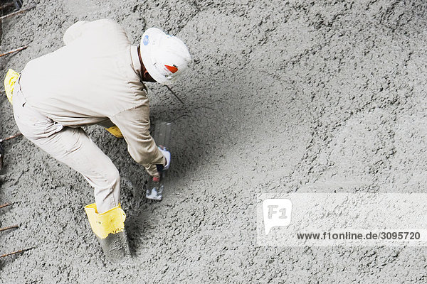 Erhöhte Ansicht der Arbeiten bei einer Baustelle Bauarbeiter