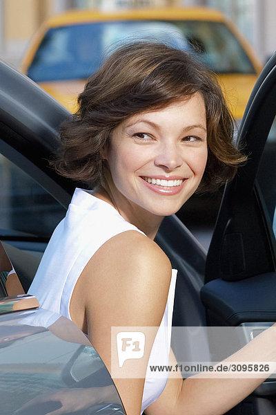 Frau  die immer von einem Auto und Lächeln  Biltmore Hotel  Coral Gables  Florida  USA