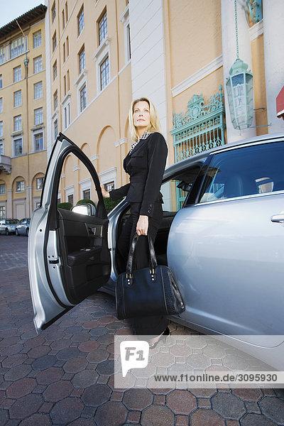 Geschäftsfrau ständigen von einem Auto  Biltmore Hotel  Coral Gables  Florida  USA