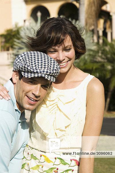 Nahaufnahme von einem Paar romancing in ein Hotel Rasen  Biltmore Hotel  Coral Gables  Florida  USA
