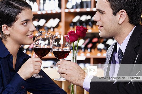 Wein Bar zuprosten anstoßen