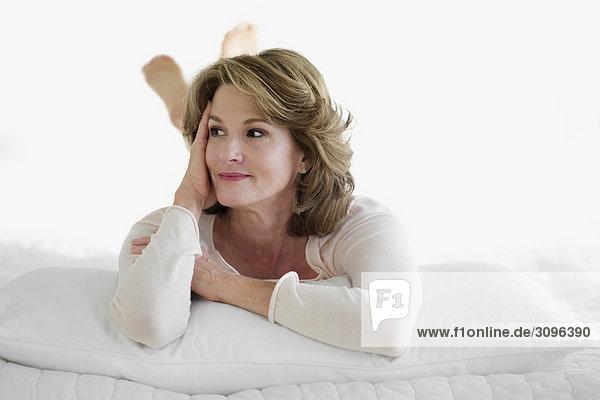 liegend liegen liegt liegendes liegender liegende daliegen Frau Tag Traum Bett