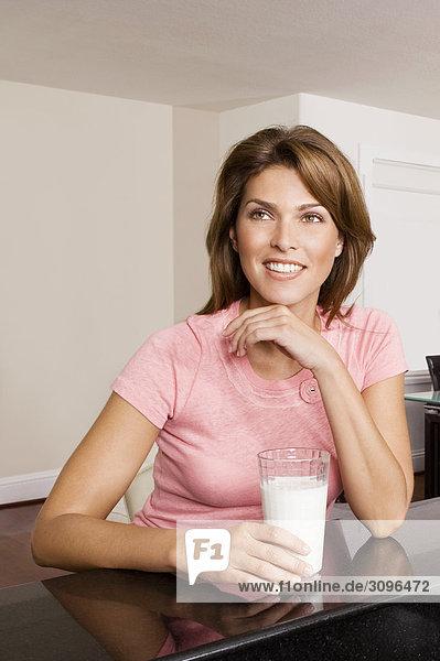 Frau Tag Glas Traum halten Milch