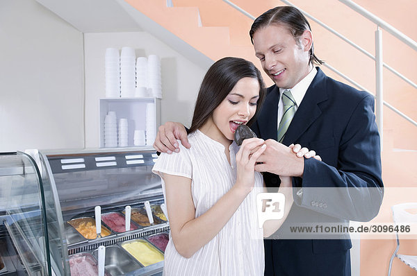 Verfütterung Eis an eine Frau Mann