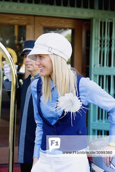 Frau lächelnd mit einem Hotelpage in den Hintergrund  Biltmore Hotel  Coral Gables  Florida  USA