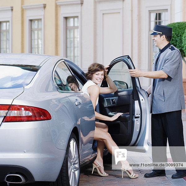 Hotel Porter öffnen Autotür für eine Frau  Biltmore Hotel  Coral Gables  Florida  USA