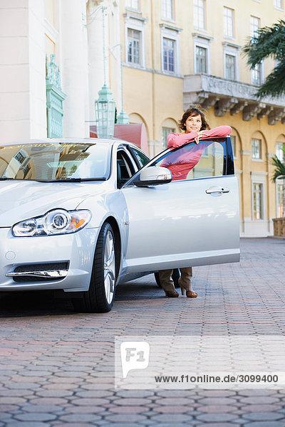 Frau an einer Autotür gelehnt und Lächeln  Biltmore Hotel  Coral Gables  Florida  USA