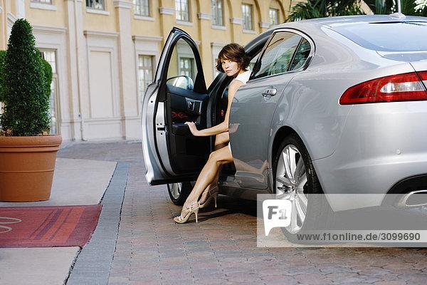 Vereinigte Staaten von Amerika USA Frau Auto rauskommen Coral Gables Florida