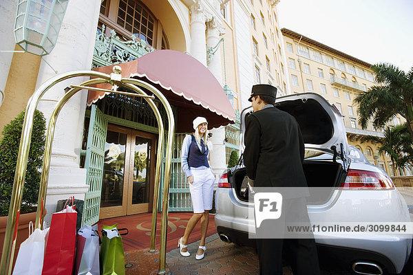 Hotel Porter Durchführung Gepäck mit einer Frau stehend  Biltmore Hotel  Coral Gables  Florida  USA
