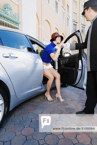 Hotelpage helfen  eine Frau aus einem Auto  Biltmore Hotel  Coral Gables  Florida  USA
