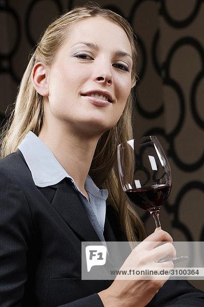 Geschäftsfrau lächeln Wein trinken