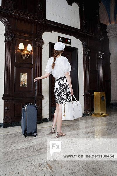 Frau stehend mit Gepäck in einem Hotel Lobby  Biltmore Hotel  Coral Gables  Florida  USA