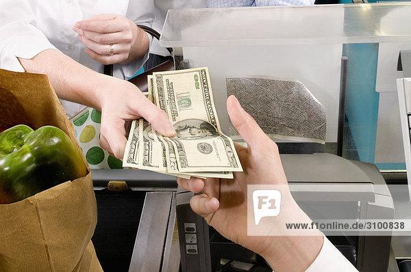 Kunden zahlen am Checkout-Schalter