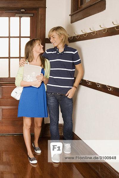Teenager mit seiner Freundin in der Schule-Korridor
