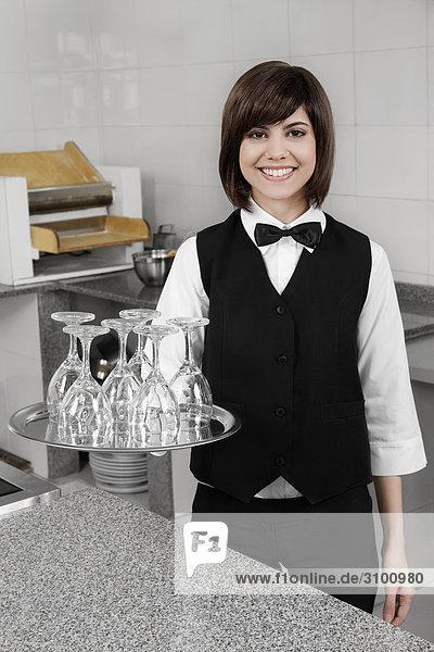 Portrait der Kellnerin halten eine Fach Gläser