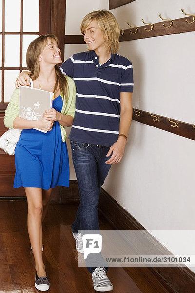 Teenager und seine Freundin lächelnd in School Flur