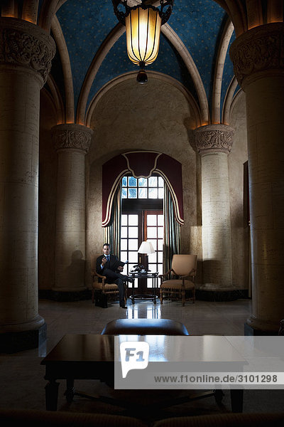 Businessman sitting in ein Hotel Lobby  Biltmore Hotel  Coral Gables  Florida  USA