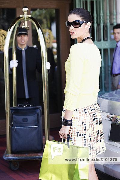 Frau stehend mit einem Porter drängen eine Gepäck Cart  Biltmore Hotel  Coral Gables  Florida  USA
