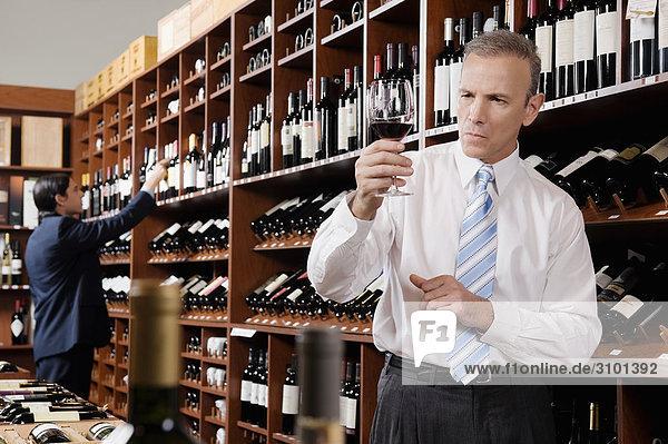 Geschäftsmann Glas Wein halten