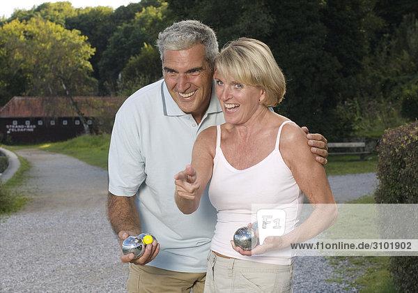 Seniorenpaar beim Boule-Spiel