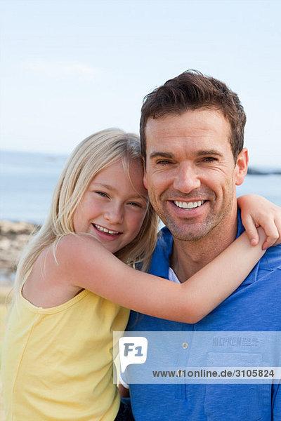 Vater und Tochter an der Küste