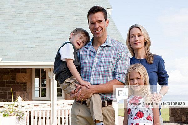 Familie außerhalb des Ferienhauses