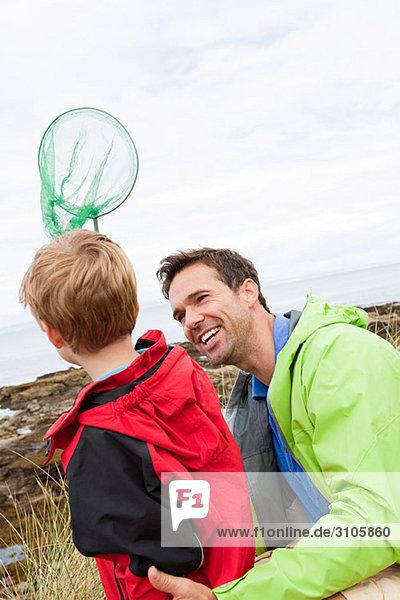Vater und Sohn mit Fischernetz