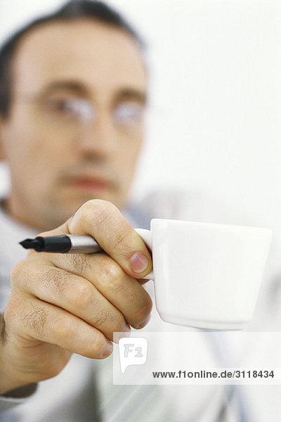 Geschäftsmann in der Kaffeepause
