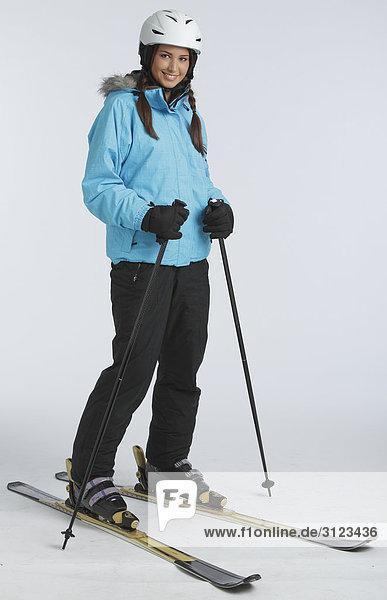 Frau steht auf Skiern
