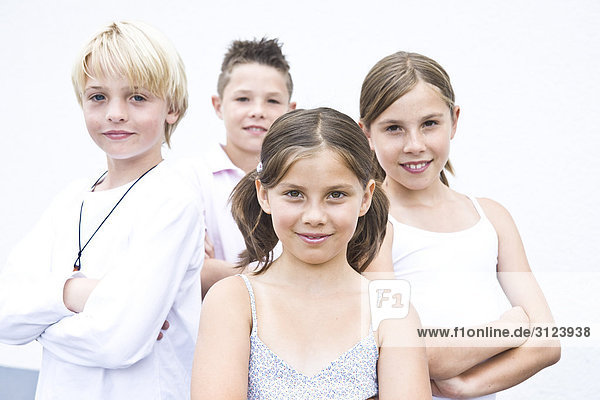 Vier Kinder  Porträt  Frontal
