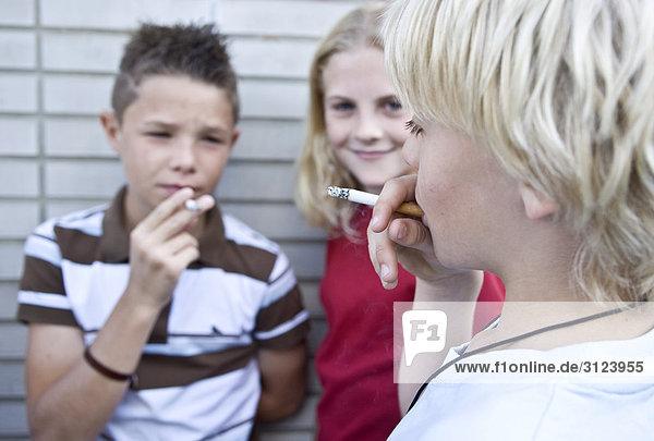 kinder rauchen zigaretten close up lizenzpflichtiges bild bildagentur f1online 3123955. Black Bedroom Furniture Sets. Home Design Ideas