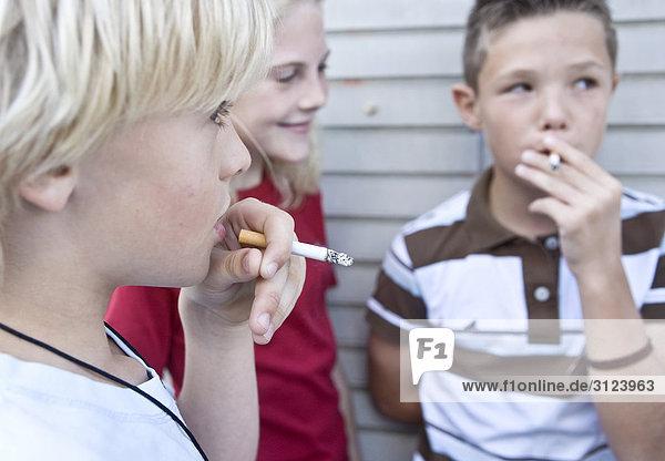 kinder rauchen zigaretten close up lizenzpflichtiges bild bildagentur f1online 3123963. Black Bedroom Furniture Sets. Home Design Ideas