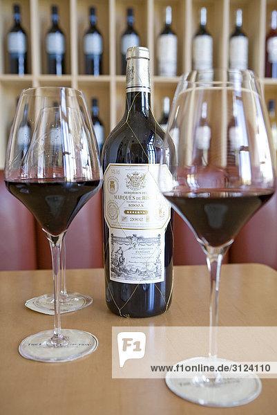 Weinflasche und Gläser auf einem Tisch  Elciego  Spanien Weinflasche und Gläser auf einem Tisch, Elciego, Spanien