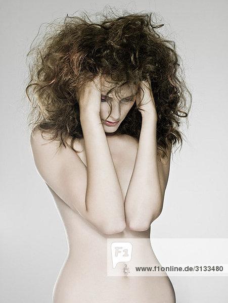 Nackte Frau mit Händen im Haar Nackte Frau mit Händen im Haar