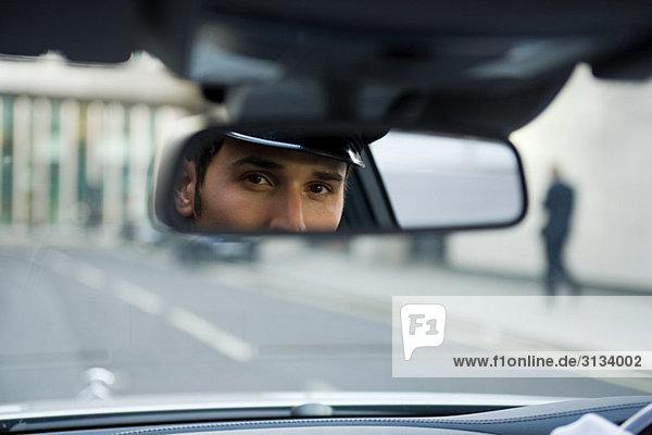 Chauffeur mit Blick in den Rückspiegel