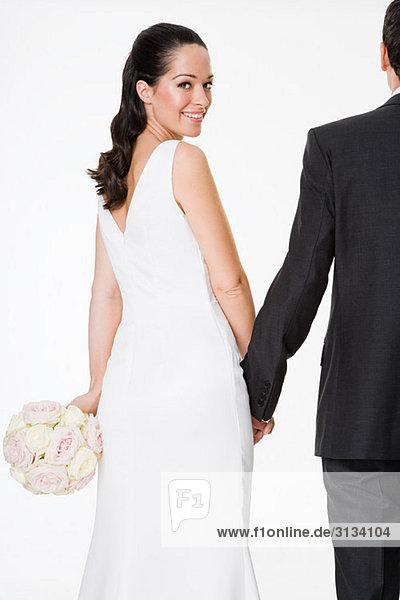 Braut und Bräutigam beim Händchenhalten