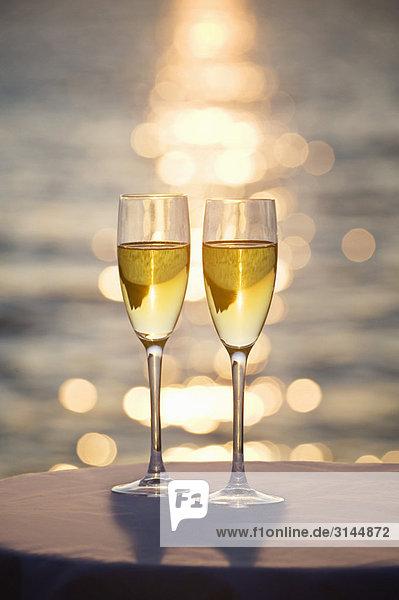 Zwei Gläser Champagner bei Sonnenuntergang