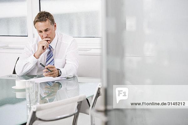 Portrait eines Geschäftsmannes bei der Arbeit