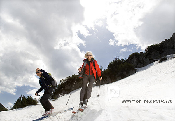 Seniorenpaar Skifahren in den Bergen