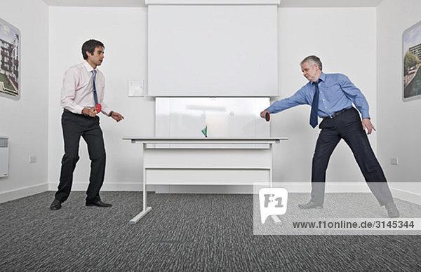 Geschäftsleute spielen Tischtennis