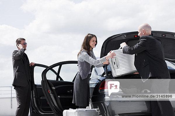 Mann übergibt Koffer an Frau