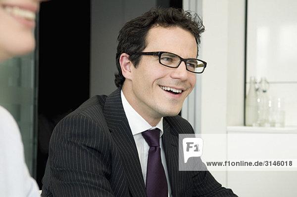 Ein junger Geschäftsmann in einer Besprechung